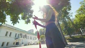 Ritratto della giovane donna - inscatoli lo spotsman nel parco dell'estate durante risolvono l'addestramento video d archivio