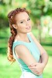Ritratto della giovane donna. La ragazza gode della natura, sorridente e felice sull'Unione Sovietica Immagini Stock