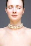Ritratto della giovane donna - lo studio ha sparato su gray fotografia stock