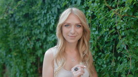 Ritratto della giovane donna nel fogliame dell'uva video d archivio