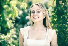 Ritratto della giovane donna nel parco Immagine Stock Libera da Diritti