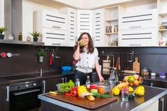 Ritratto della giovane donna nella cucina Fotografie Stock Libere da Diritti