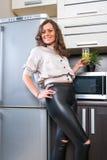 Ritratto della giovane donna nella cucina Fotografia Stock Libera da Diritti