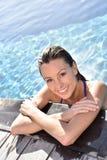 Ritratto della giovane donna nella piscina Fotografie Stock