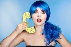 Ritratto della giovane donna nello stile comico di trucco di Pop art femmina Fotografie Stock