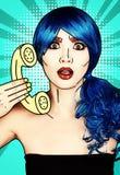 Ritratto della giovane donna nello stile comico di trucco di Pop art La femmina in parrucca blu su fondo blu chiama dal telefono fotografia stock