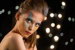 Ritratto della giovane donna, pittura multicolore del fronte Il modello con compone Ragazza con la pittura di arte Immagini Stock Libere da Diritti