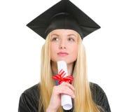 Donna in abito di graduazione con il diploma Fotografie Stock