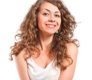 Ritratto della giovane donna riccia isolato su fondo bianco Fotografia Stock
