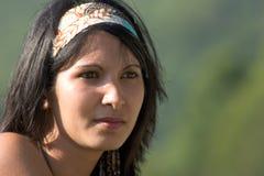 Ritratto della giovane donna in shi fotografie stock