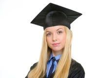 Ritratto della donna sicura in abito di graduazione Immagini Stock