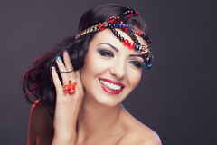 Ritratto della giovane donna sorridente immagini stock libere da diritti