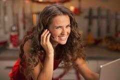 Ritratto della giovane donna sorridente che ha video chiacchierata sul computer portatile Fotografia Stock