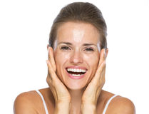 Ritratto della giovane donna sorridente con il fronte bagnato dopo avere lavato Fotografie Stock Libere da Diritti