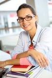 Ritratto della giovane donna sorridente con il mazzo di libri Fotografia Stock