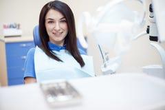 Ritratto della giovane donna sorridente nella sedia del dentista Fotografie Stock