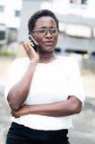 Ritratto della giovane donna sul telefono Fotografie Stock