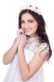 Ritratto della giovane donna sveglia con i fiori in capelli isolati su wh fotografia stock