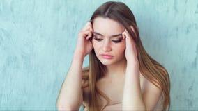Ritratto della giovane donna triste sollecitata all'interno archivi video