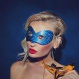 Ritratto della giovane signora nella maschera di carnevale. Fotografia Stock