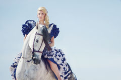 Ritratto della guida bionda un cavallo immagine stock libera da diritti