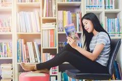 Ritratto della lettura dello studente e della ricerca asiatiche abili fare Immagine Stock Libera da Diritti