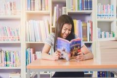 Ritratto della lettura dello studente e della ricerca asiatiche abili fare Fotografie Stock Libere da Diritti