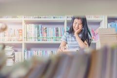 Ritratto della lettura dello studente e della ricerca asiatiche abili fare Fotografie Stock
