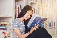 Ritratto della lettura dello studente e della ricerca asiatiche abili fare Immagini Stock Libere da Diritti