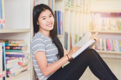 Ritratto della lettura dello studente e della ricerca asiatiche abili fare Fotografia Stock Libera da Diritti