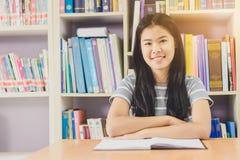 Ritratto della lettura dello studente e della ricerca asiatiche abili fare Fotografia Stock