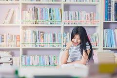 Ritratto della lettura dello studente e della ricerca asiatiche abili fare in c Fotografie Stock