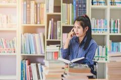 Ritratto della lettura dello studente e della ricerca asiatiche abili fare in c Fotografia Stock