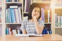 Ritratto della lettura dello studente e della ricerca asiatiche abili fare in c Immagini Stock Libere da Diritti