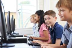 Ritratto della linea di allievi elementari nella classe del computer Immagini Stock Libere da Diritti