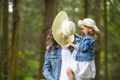 Ritratto della madre caucasica felice e di risata con la sua piccola figlia che gioca insieme fotografia stock