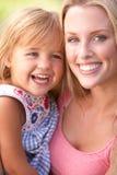 Ritratto della madre e del bambino che si distendono nella sosta Immagine Stock