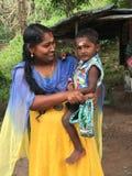 Ritratto della madre e del bambino in India rurale fotografie stock libere da diritti