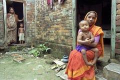 Ritratto della madre e del bambino nell'ambiente di povertà Immagini Stock