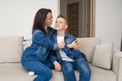 Ritratto della madre e di suo figlio sul sofà a casa Immagini Stock Libere da Diritti