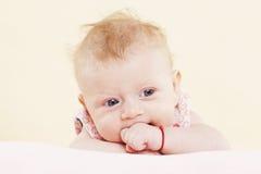 Ritratto della neonata. fotografia stock