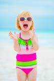 Ritratto della neonata allegra in occhiali da sole Fotografie Stock