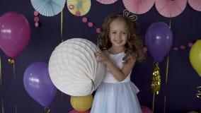 Ritratto della neonata graziosa che tiene grande concetto bianco del pallone della festa di compleanno archivi video