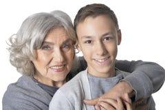 Ritratto della nonna e del nipote divertendosi sul fondo bianco fotografie stock
