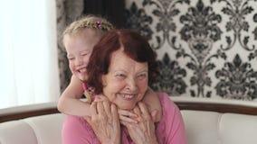 Ritratto della nonna felice con la nipote stock footage