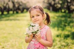 Ritratto della primavera della ragazza sorridente sveglia del bambino fotografia stock