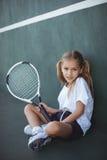 Ritratto della racchetta di tennis della tenuta della ragazza Fotografia Stock