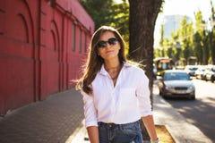 Ritratto della ragazza abbastanza d'avanguardia dei giovani che posa alla città in Europa, modo del primo piano della via di esta Fotografia Stock
