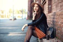Ritratto della ragazza abbastanza d'avanguardia dei giovani che posa alla città, modo della donna di modo del primo piano della v Fotografie Stock Libere da Diritti