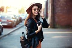 Ritratto della ragazza abbastanza d'avanguardia dei giovani che posa alla città, modo della donna di modo del primo piano della v Fotografia Stock Libera da Diritti